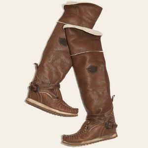 El Vaquero 'Badlander' Shearing Moccasin Boots
